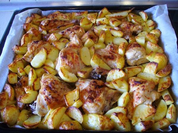 как запечь картошку с курицей в духовке на протвине