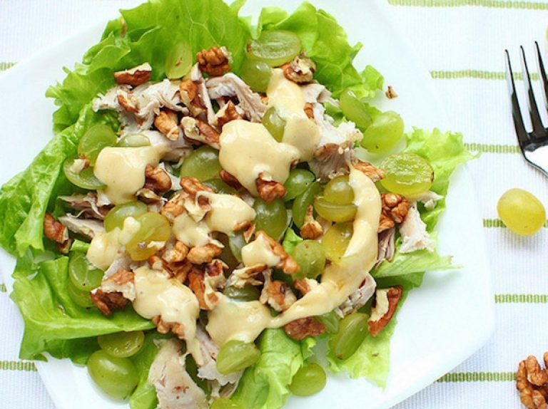 Салат с виноградом курицей и ананасами